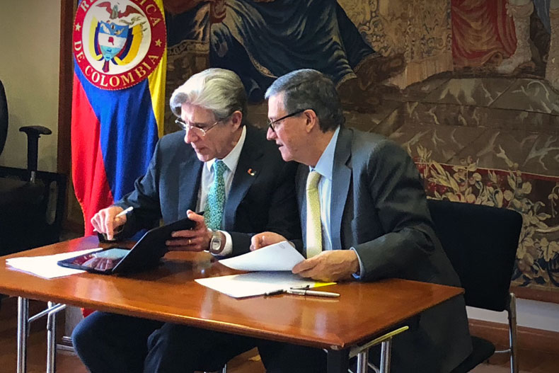 UM President Julio Frenk and Pablo Navas, rector of the Universidad de los Andes (UniAndes) in Bogotá, Colombia, sign a memorandum of understanding.