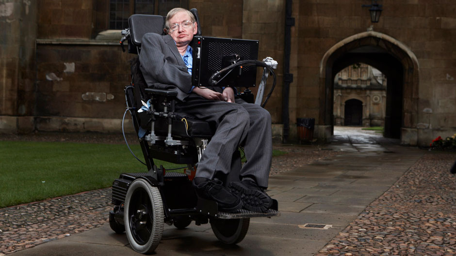 Stephen Hawking outside Gonville & Caius College, Cambridge, in 2015 (Lwp Kommunikáció [CC / Flickr])