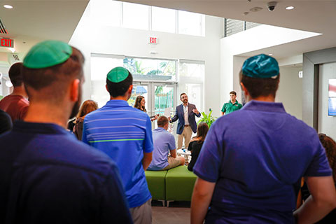 Rabbi Lyle Rothman speaking to audience.
