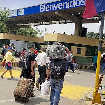 Venezuelan migrants cross into Colombia