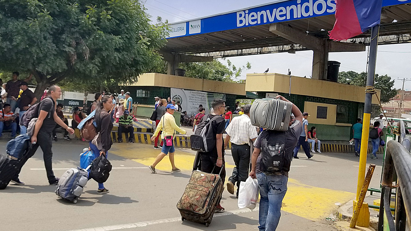 Venezuelan migrants cross into Colombia