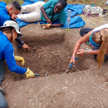 Students on an archaeological dig in Puerto Rico