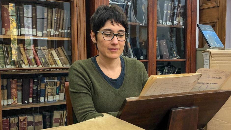 Doctoral student Maria del Rosario Concha Mendez in Chile's National Archives